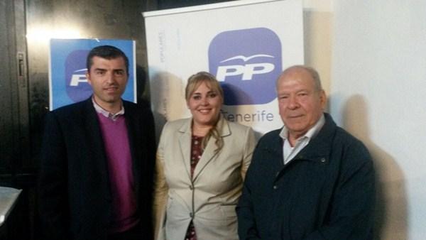 Manuel Domínguez, junto a Liria María Falcón y Manuel Reyes, en la asamblea celebrada el domingo. / DA