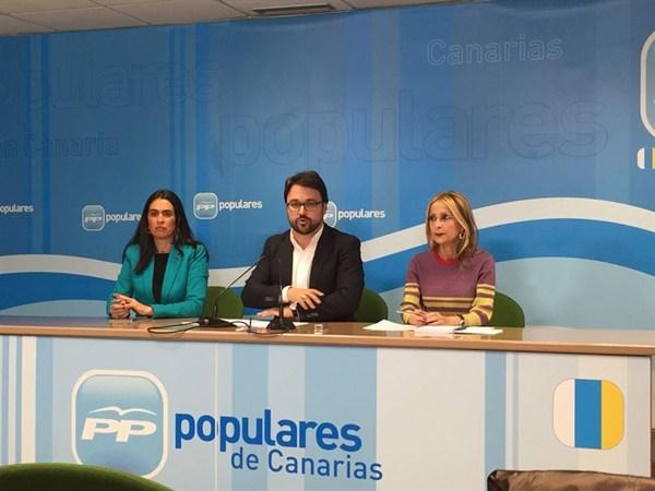 Carmen Hernández Bento, Asier Antona y Australia Navarro, ayer en Las Palmas de Gran Canaria. / EP