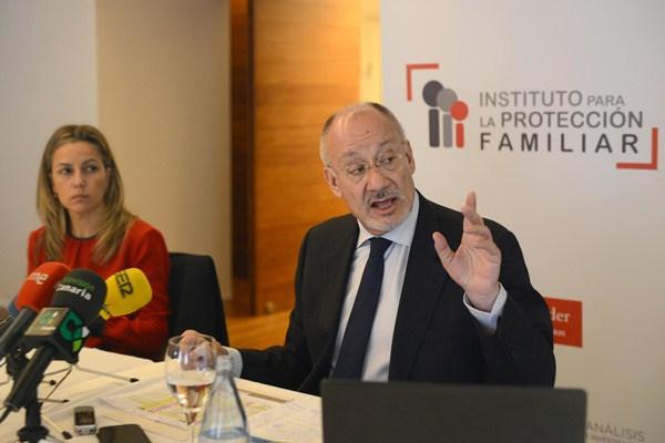 El director del instituto y la responsable de Seguros de Santander. / S. M.