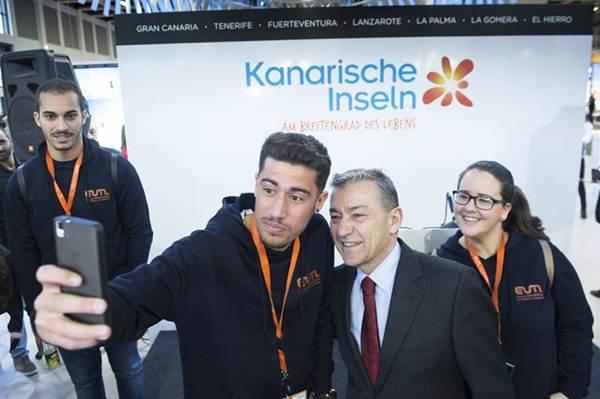 Paulino Rivero se hace un selfie con los trabajadores del stand canario.   EP