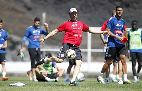 El entrenador, durante una sesión preparatoria con el CD Tenerife. / SANTIAGO FERRERO