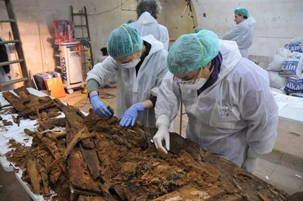 Investigadores con los posibles restos de Miguel de Cervantes. | DA