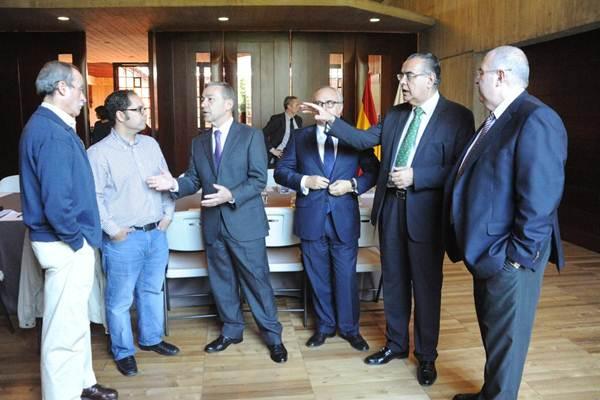 Rivero, con los representantes de las organizaciones empresariales y sindicales, ayer, en Presidencia. | DA