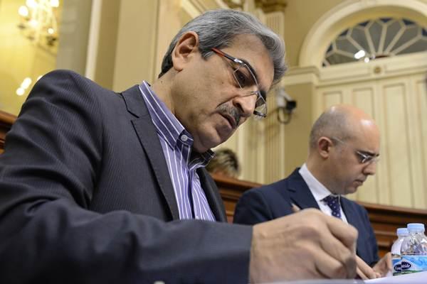 Román Rodríguez toma notas en el debate de política general. / S. M.