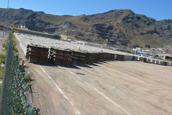 La fabricación de bloques sigue adelante en la dársena pesquera del puerto chicharrero. / DA