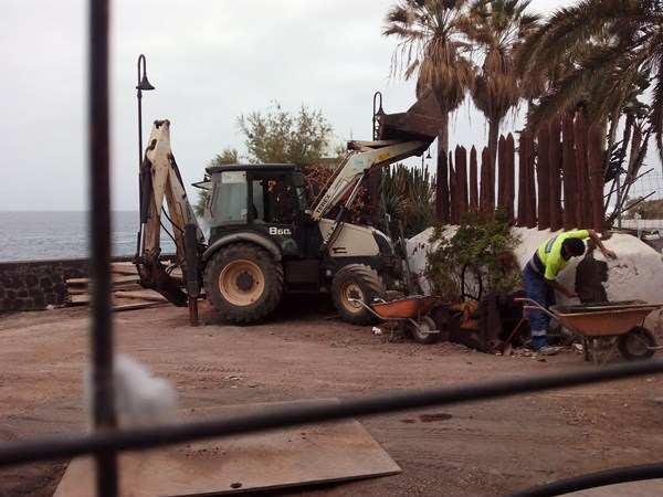 Un operario realizaba ayer trabajos en la muralla que se conserva de la antigua batería, que data del siglo XVIII, destrozada por el aluvión de 1826 y reconstituida en el siglo XIX. / DA