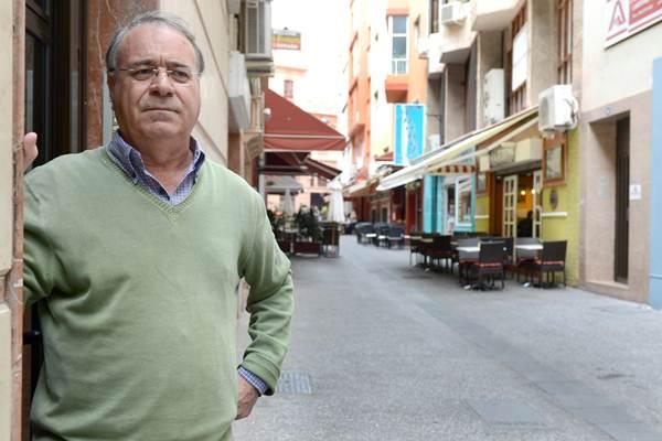 Serafín Sosa Melián ya está jubilado pero no puede evitar pasar a menudo por la calle y el bar donde estuvo trabajando junto a sus hermanos durante 45 años. | SERGIO MÉNDEZ