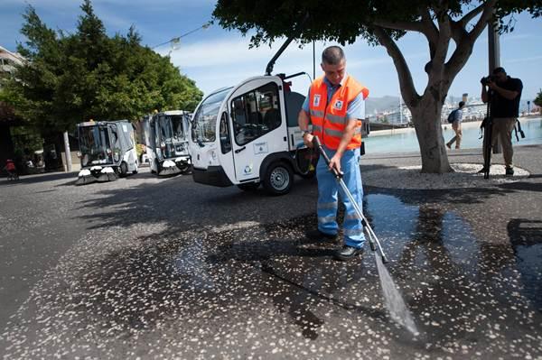 Dos barredoras y dos hidrolimpiadores eléctricos se incorporan a la flota de limpieza de Urbaser. | FRAN PALLERO