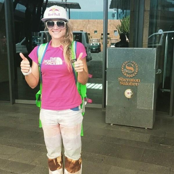 La brasileña Fernanda Maciel, a las puertas del hotel donde se hospedan los corredores pro. / FACEBOOK