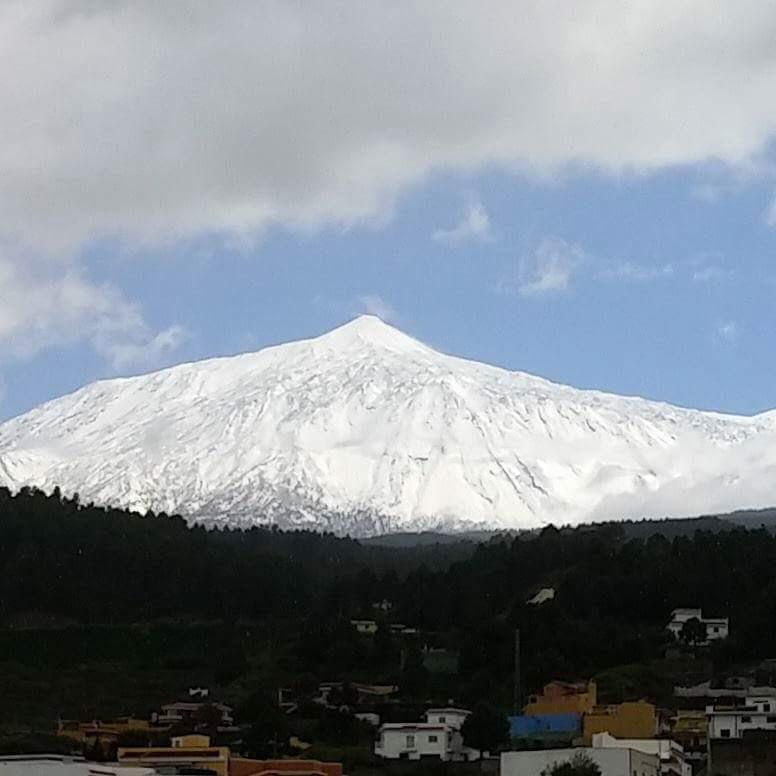 La primavera cubrió el Teide de nieve. |  DA