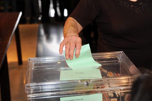 Una ciudadana ejerce su derecho al voto en las elecciones locales y autonómicas de 2011. / DA