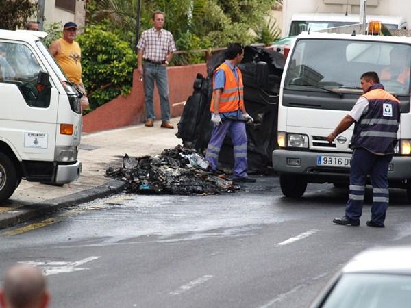 La quema de contenedores supone más de 250.000 euros al año. / DA
