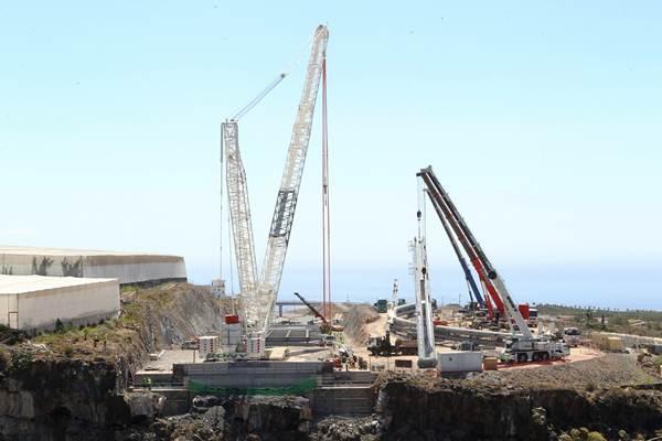 La grúa de mayor dimensión es capaz de levantar 600 toneladas de peso y ha sido traída expresamente para esta operación. | GERARD ZENOU
