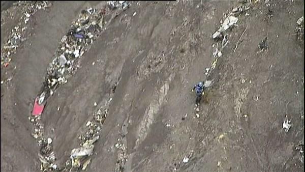 Arriba, zona del impacto; a la derecha, las emergencias operando en la zona, familiares de las víctimas y el avión siniestrado (en imagen de archivo). / reuters