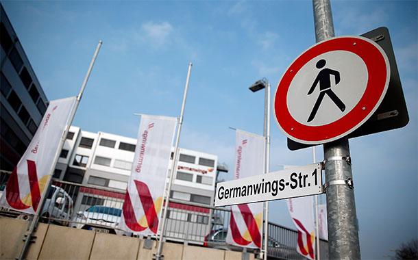 Banderas ondean a media asta en la sede central de Germanwings. / REUTERS