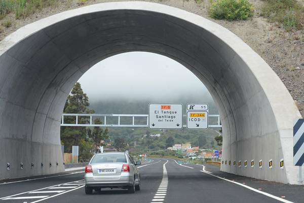 Se calcula que unos 18.000 vehículos transitarán a diario por el nuevo trazado, enlazando el norte con el sur de Tenerife. | SERGIO MÉNDEZ