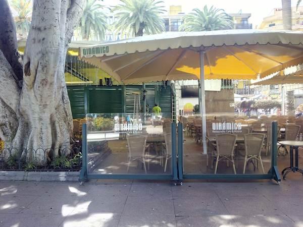 Así amaneció ayer el emblemático bar Dinámico de la plaza del Charco, cerrado a cal y canto. / DA