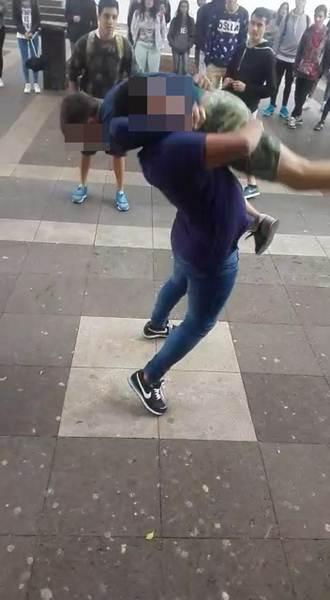 Captura del vídeo donde el menor se peleaba con un adulto. | DA