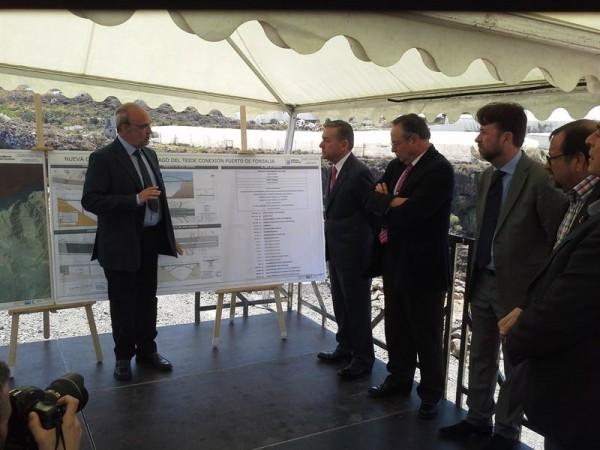 Esta mañana, el consejero acompañó al presidente del Gobierno de Canarias, Paulino Rivero, a una visita técnica a la obra. | EP