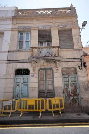 Muchos edificios del barrio tienen un mal estado de conservación. | F. P.