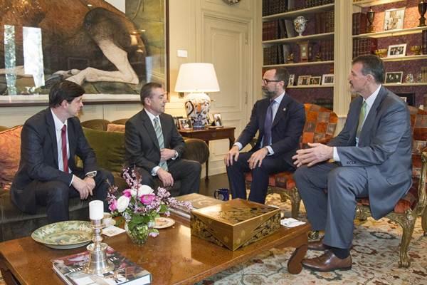 FOTO DE ARCHIVO: Imagen de la reunión que mantuvo el embajador de Estados Unidos con Paulino Rivero y Javier González Ortiz en el mes de marzo de este año. | DA