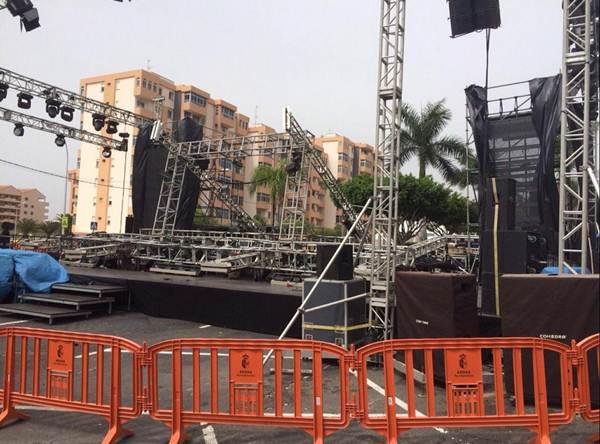 Una fuerte racha de viento destrozó parte del escenario del Carnaval en Los Cristianos, obligando a suspender un concurso de murgas. | DA