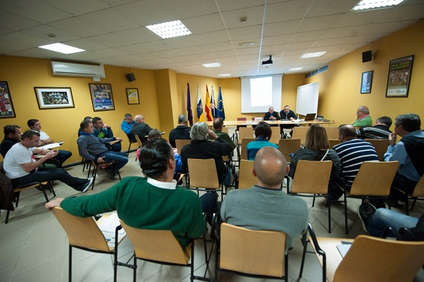 Un instante de la reunión que tuvo lugar en la sala de prensa del Pabellón Santiago Martín. / FRAN PALLERO