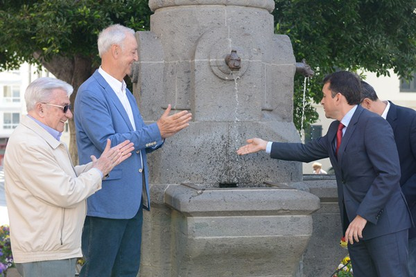 Luis Cola (i), José Manuel Ledesma, José Manuel Bermúdez y Dámaso Arteaga, ayer en la apertura de la fuente. / SERGIO MÉNDEZ