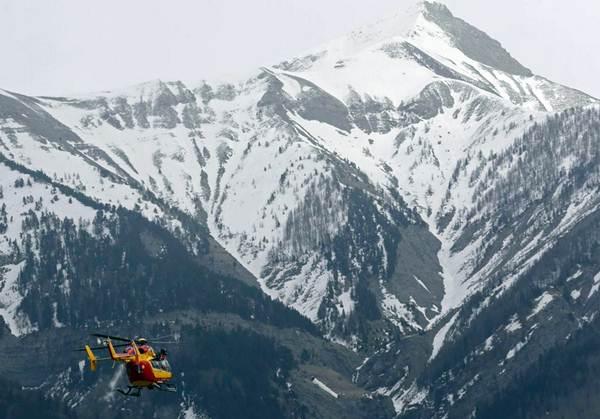 Helicóptero en la zona del siniestro. / REUTERS