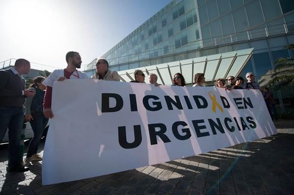 Una veintena de personas se concentraron en la entrada del Hospital Universitario de Canarias.   F. PALLERO