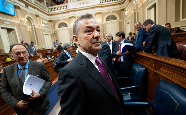 El Parlamento de Canarias, transformado en un museo de cera, con Paulino Rivero de figura. / F.P.