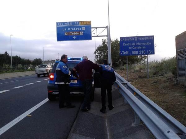 Momento en que los policías dan con el anciano y lo ponen a salvo. | DA