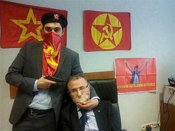Los terroristas publicaron esta imagen del secuestro en Twitter.   Twitter
