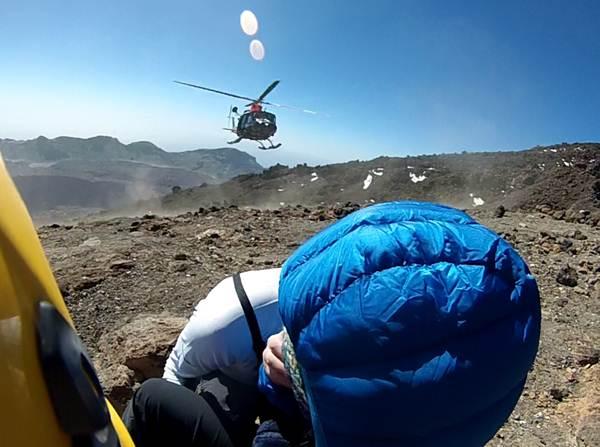 Imagen del helicóptero acercándose a la senderista para rescatarla.   Cecoes 1-1-2