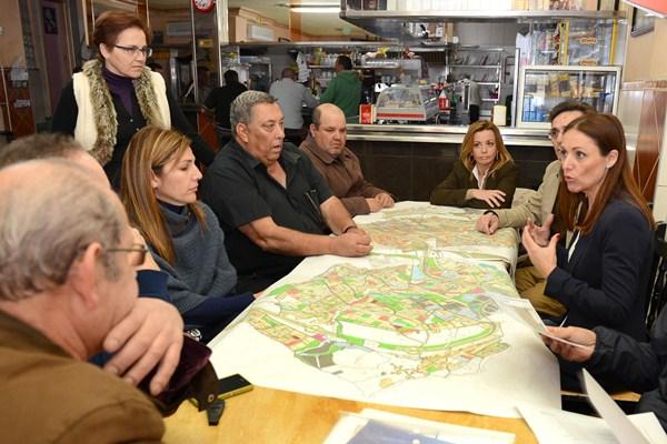 Cristina Tavío, durante una reunión con vecinos de la capital en el desarrollo de su trabajo como edil. / S.M.