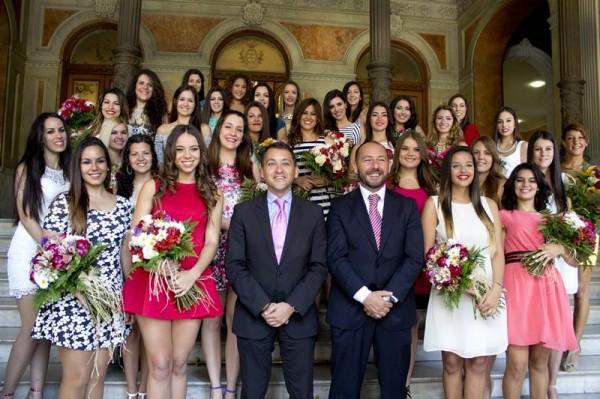 El alcalde, José Manuel Bermúdez, recibió ayer a las 32 candidatas en el Ayuntamiento capitalino. |  DA