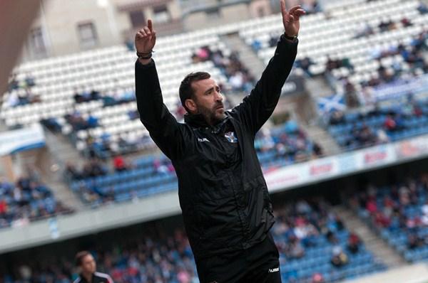 El técnico blanquiazul, durante el encuentro del pasado fin de semana frente al Zaragoza. / FRAN PALLERO