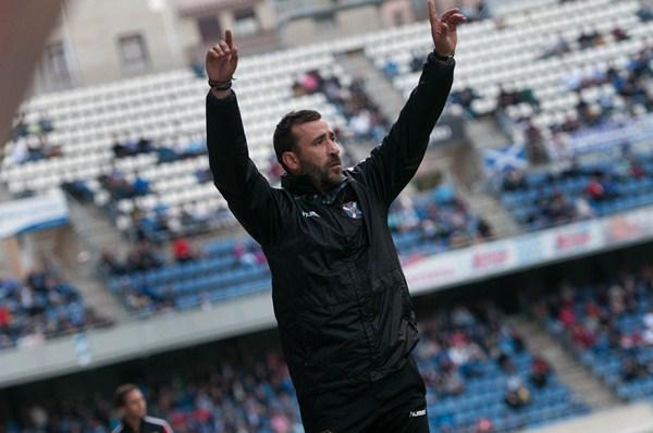 El técnico local estuvo muy activo todo el partido. / FRAN PALLERO