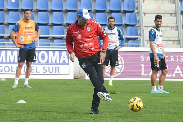 Sanz, en segundo plano, observa una acción de Raúl Agné en un entrenamiento en el estadio. / SERGIO MÉNDEZ