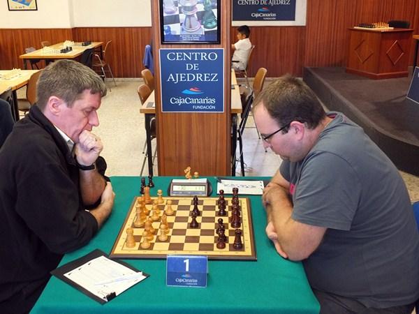 Nauzet Pérez (d) derrotó al alemán Klaus Oliver y se juega el liderato en solitario ante Sergio Hernández. / J. L. F