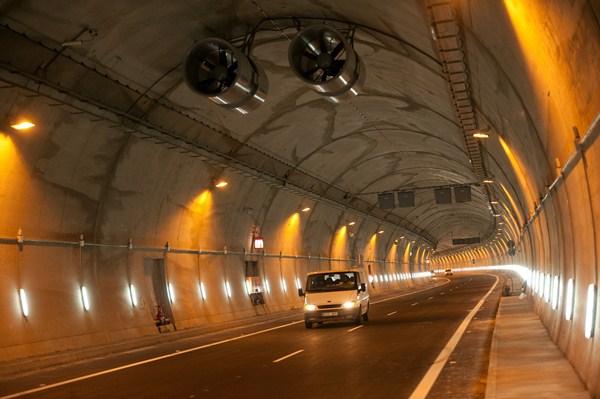 El túnel del Bicho ha sido el verdadero quebradero de cabeza de la obra; un error informático no permitió ayer abrirlo a los conductores. / F. PALLERO