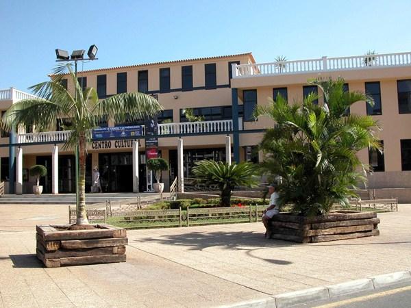 El Mercado de Artesanía se instalará en el exterior del centro cultural de Los Cristianos. / DA