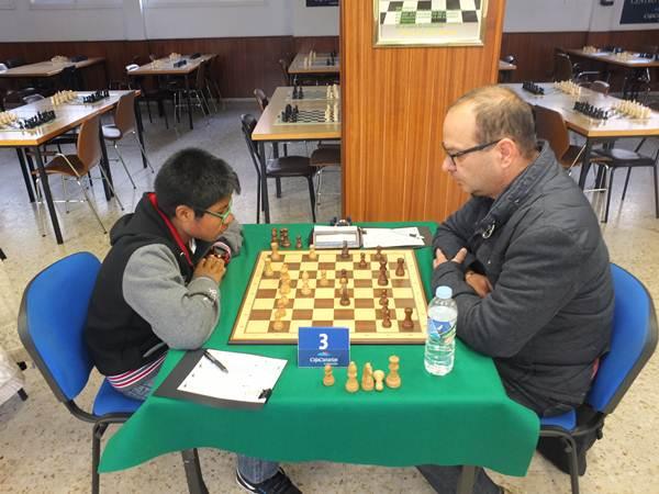 A la izquierda, Alberto Álvarez (CajaCanarias), que obtuvo medio punto para su equipo. / J. L. F.