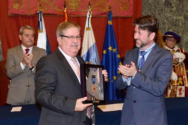Carlos Alonso entregó la distinción al presidente de la Asociación de Alfombristas de La Orotava. | S. MÉNDEZ