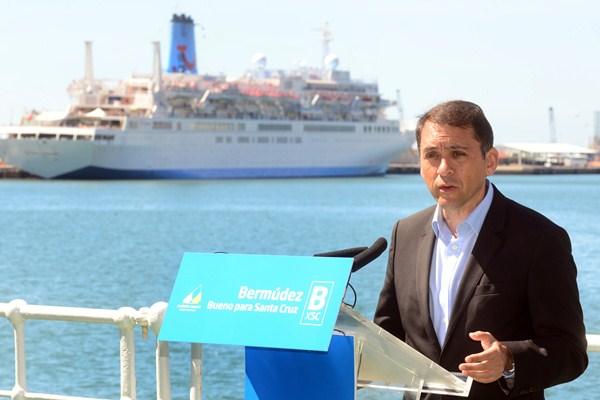 José Manuel Bermúdez presentó su proyecto a bordo del barco Correíllo La Palma, atracado en el puerto. / S. M.