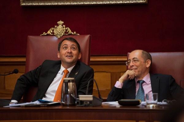 José Manuel Bermúdez (i), junto al secretario municipal, Luis Prieto, en el pleno celebrado ayer. / fran pallero