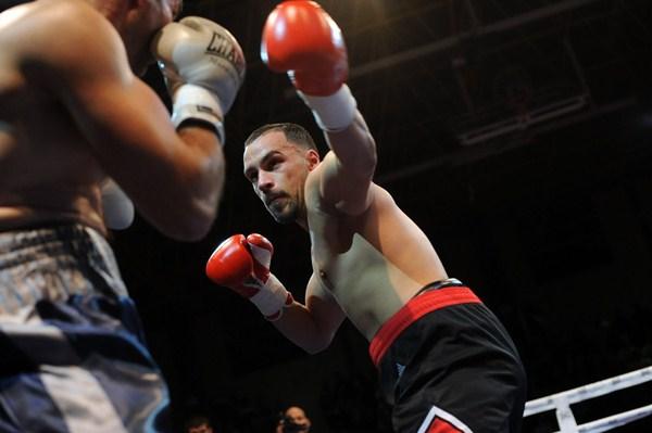 Ruymán Delgado carga su derecha para noquear a Nuno Lagarto en su cuarto combate profesional. / F. PALLERO