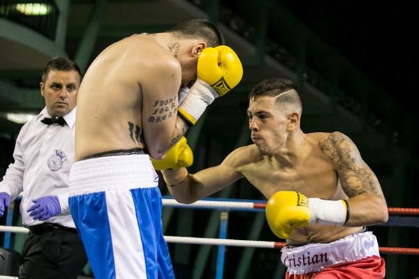 Cristian (derecha), en su combate ante José Acero. / ANDRÉS GUTIÉRREZ