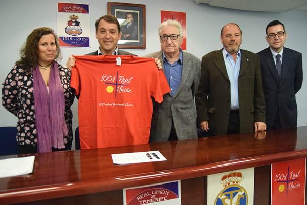 El alcalde de la capital tinerfeña, con la camiseta conmemorativa del centenario del Real Unión. | DA