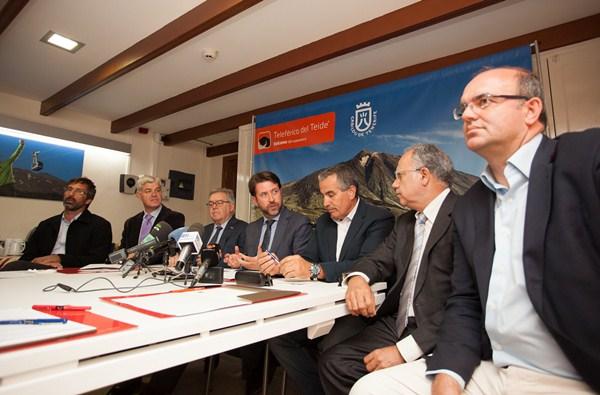 Los presidentes de los cabildos, durante una reunión de la Fecai celebrada en Tenerife. / DA